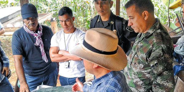 Guerrilleros y militares visitaron juntos en agosto las zonas donde se desarmarán las Farc.