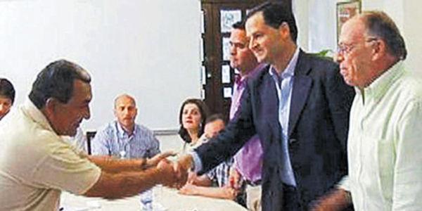 Imagen de los diálogos secretos, en los que participaron Enrique Santos (primero a la derecha.) y el jefe guerrillero Mauricio Jaramillo (izquierda).