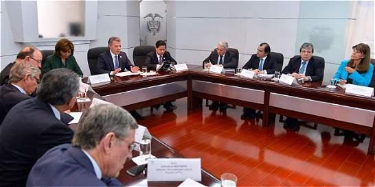 Santos y Uribe expresan voluntad para lograr acuerdo sobre la paz