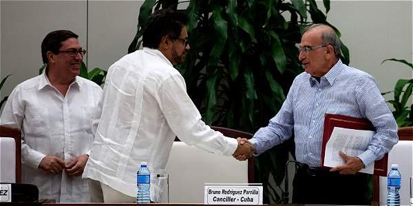 De la Calle e Iván Márquez firman el nuevo acuerdo de paz