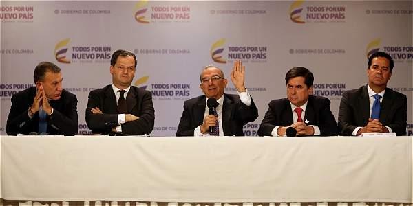 Roy Barreras (de izq. a der.), Sergio Jaramillo, Humberto de la Calle, Juan Fernando Cristo y Frank Pearl, integrantes de delegación del Gobierno, explicaron en Bogotá el nuevo acuerdo con las Farc.