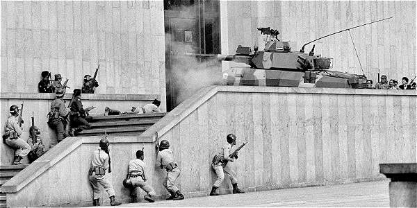 Momentos de la retoma del Palacio de Justicia por el Ejército. El coronel Alfonso Plazas Vega permaneció privado de la libertad durante 8 años. Luego, fue absuelto por la Corte Suprema de Justicia.