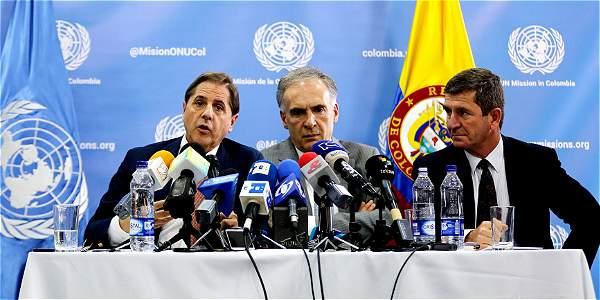 Los miembros de la Misión de la ONU en Colombia, Martín Santiago, Jean Arnault y Javier Pérez Aquino.