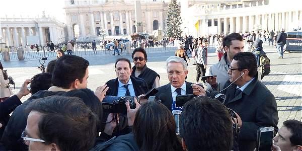 El expresidente Uribe habló con los medios tras su encuentro con Santos y el Papa.
