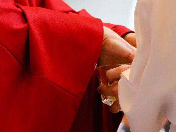 BBC Mundo: Sacerdote lavándose las manos en una misa.
