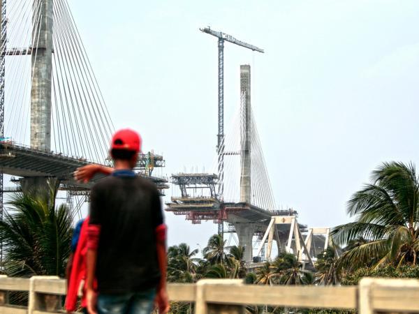 Nuevo Puente Pumarejo observado por habitantes