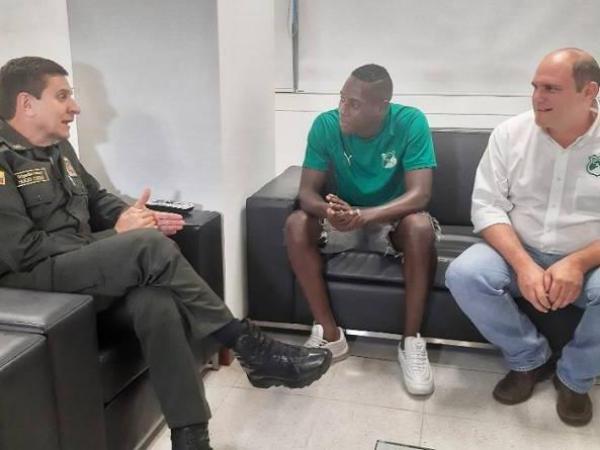Juan Carlos Caicedo, jugador del Deportivo Cali, habla con el comandante de Policía