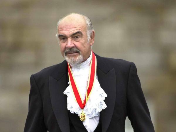 Sean Connery fue nombrado caballero por la reina Isabel y asistió al acto vestido con el traje tradicional de Escocia.