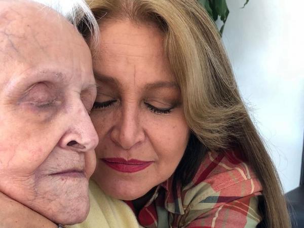 Daniela Romo publicó esta foto en su Instagram, donde aparece con su madre, doña Teresita.