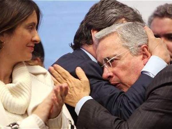 El abrazo para Uribe tras oficializar que apoyará el 'No'