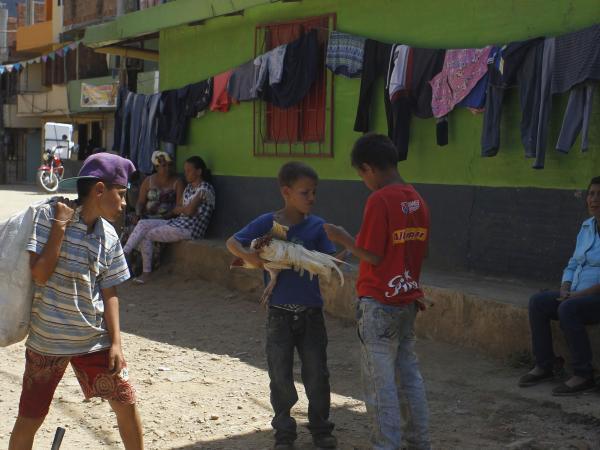 Extranjeros Hacen Voluntariado En Barrio Pobre De Medellín