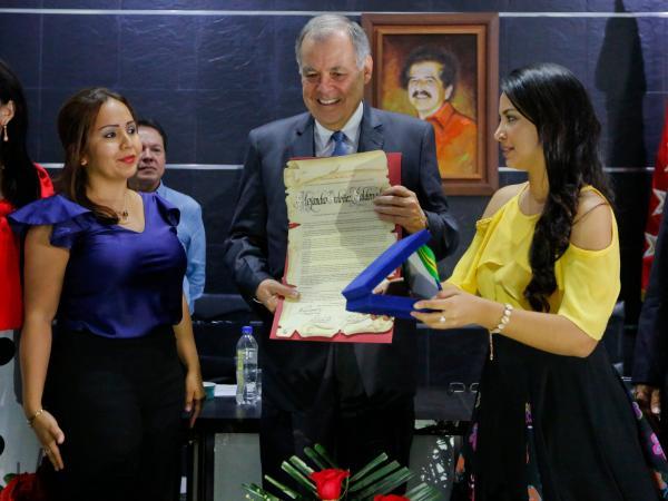 En rechazo, empresario devolvió condecoración a Asamblea de Santander