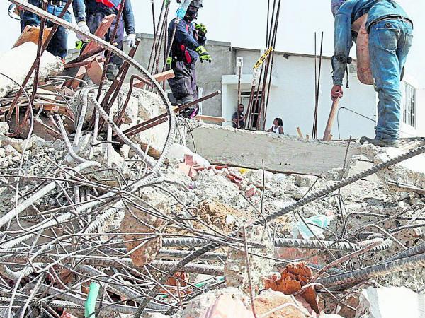 En un barril hallan pruebas de la caída del edificio en Cartagena