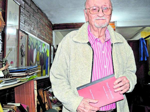 A los 91 años, Óscar Hernández sigue escribiendo