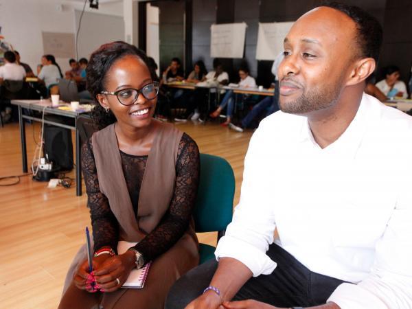 Judith Mulwa, especialista social urbana, con su compañero Shaarmaarke Abdullahi.