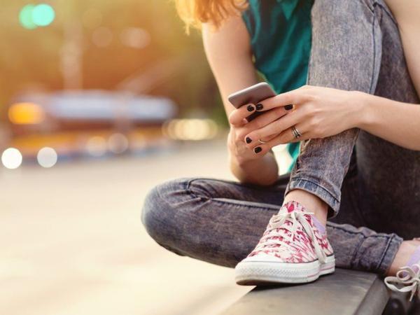 BBC Mundo: Adolescente usando teléfono