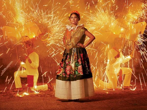 BBC Mundo: Una mujer posa durante una festividad con fuegos pirotécnicos.