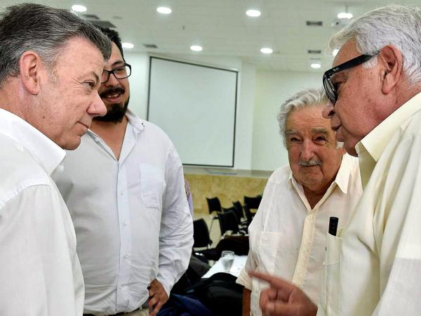 Juan Manuel Santos, Felipe González y José Mujica