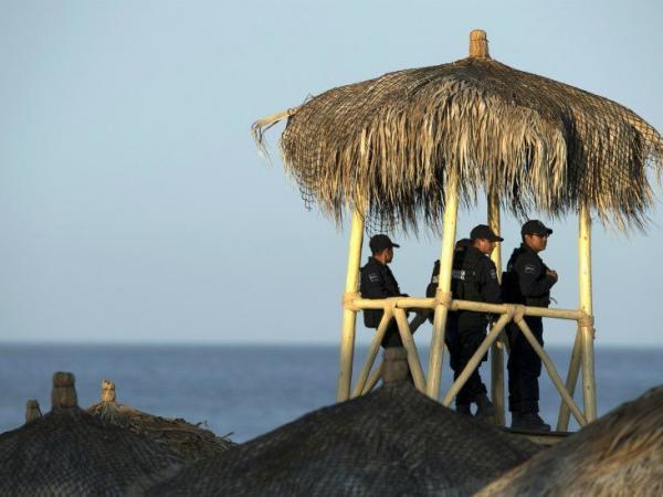 BBC Mundo: Policías en una cabaña en la playa.
