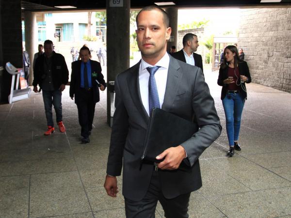 El abogado Diego Cadena ingresando al búnker de la Fiscalía para su declaración tras ser señalado de ser el mediador entre Álvaro Uribe y los falsos testigos.