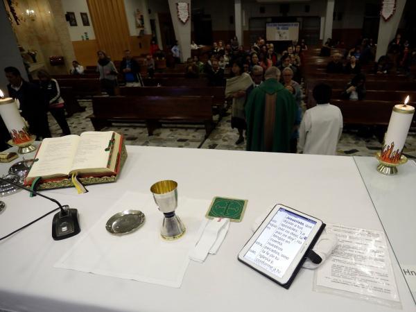 El padre que da misas con una tablet