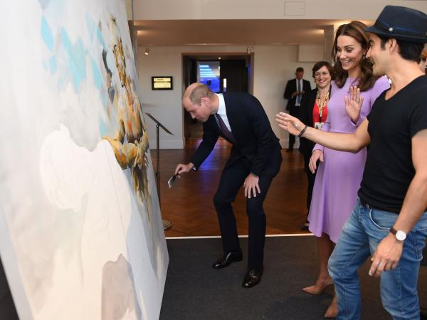 El Príncipe William, Kate Middleton y el artista colombiano Dairo Vargas.