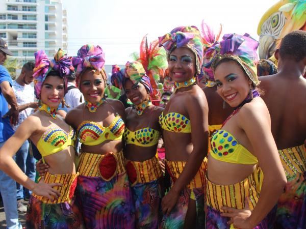 El desfile  también conocido como Batalla de Flores, y es uno de los eventos más importantes de las Fiestas de Independencia que se toman este fin de semana a la capital de Bolívar.