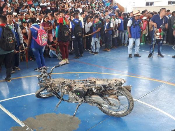 Ante los demás indígenas fue mostrada una motocicleta decomisada por la guardia de la comunidad.
