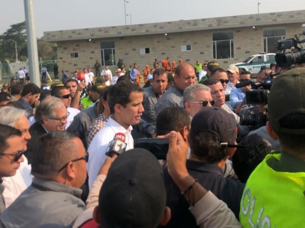 Juan Guaidó habla desde la bodega donde se encuentra la ayuda humanitaria.