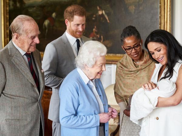 Principe Enrique de Inglaterra y Meghan Markle presentan a su hijo