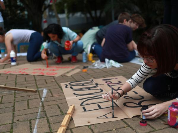 Estudiantes y profesores marchan contra política educativa de Bolsonaro