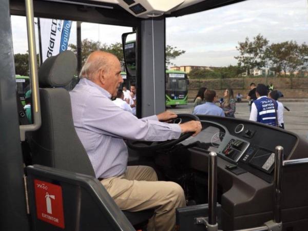 El alcalde Maurice Armitage al volante de bus eléctrico