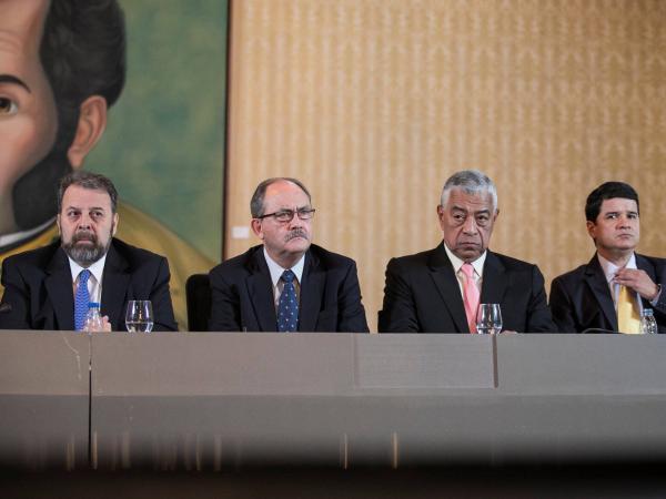 Minoría opositora firma acuerdo con Maduro