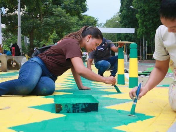 Para hacer realidad esta propuesta, se contó igualmente con un grupo de voluntarios que tomaron brochas y baldes con pintura para desarrollar el trabajo sobre las vías.