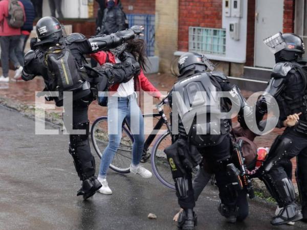 La brutal agresión de un miembro del Esmad a una joven en Bogotá