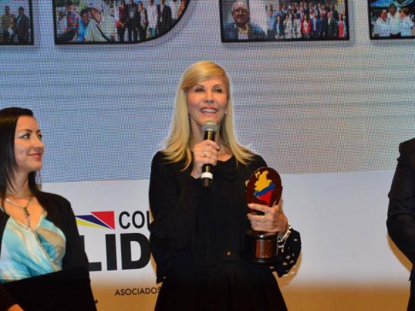 Dilian Francisca Toro, gobernadora del Valle del Cauca, con el premio.
