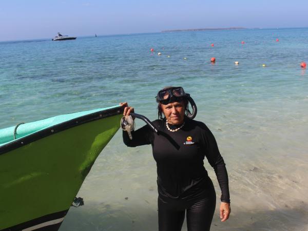 La antropóloga Lavinia Fiori denuncia la destrucción de los corales. Lanchas llenas de turistas rompen estos ecosistemas con las anclas.