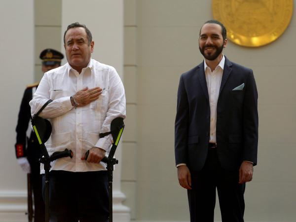 Alejandro Giammattei (i) y Nayib Bukele
