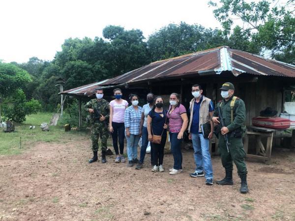 Madre y cuatro hijas regresan a predio que paramilitares les habían quitado