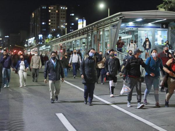 Paro, transmilenio: bogotanos regresan a pie a sus casas