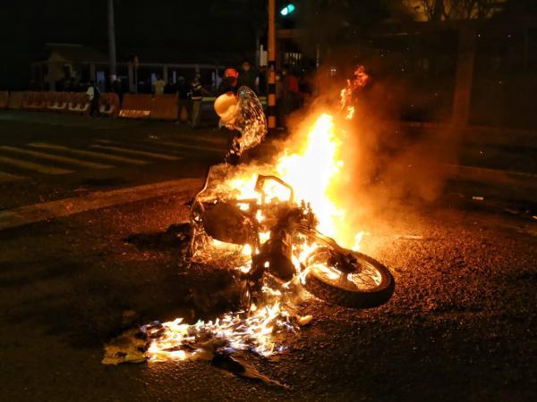 Así se veía la moto del policía, cuando era incinerada.