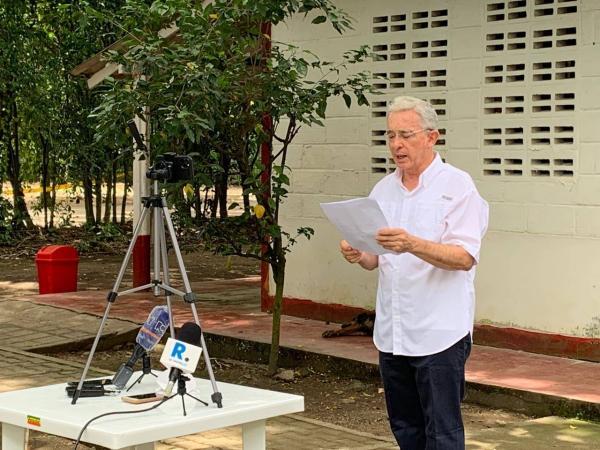 Uribe lee declaración tras regreso a la libertad