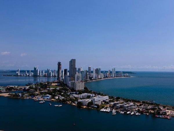 A la izquierda, la bahía de Cartagena. A la derecha, el mar Caribe,