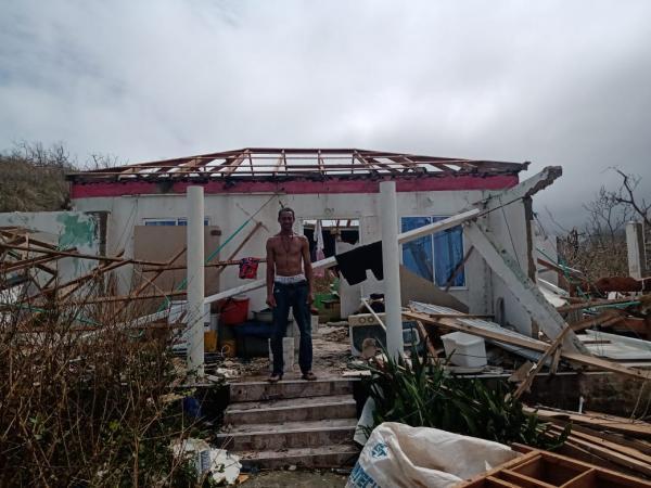 Familia afectada por huracán Iota en Providencia