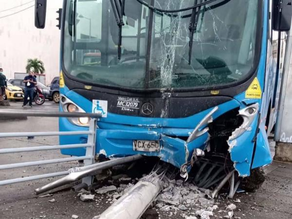 Accidente entre un bus del MIO y otro de transporte intermunicipal
