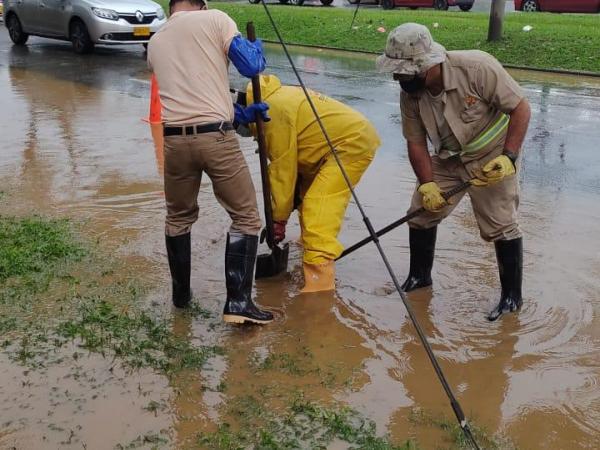 Operarios de Emcali ante inundaciones en el sur de Cali