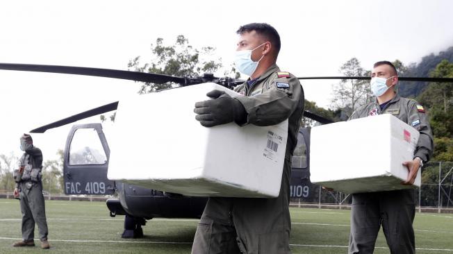 Fuerza Aérea entrega ayuda en la entrega de vacunas covid
