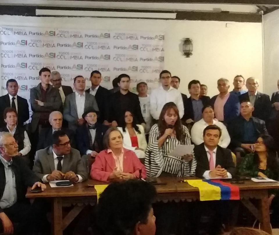 Clara López suscribe alianza con el partido ASI