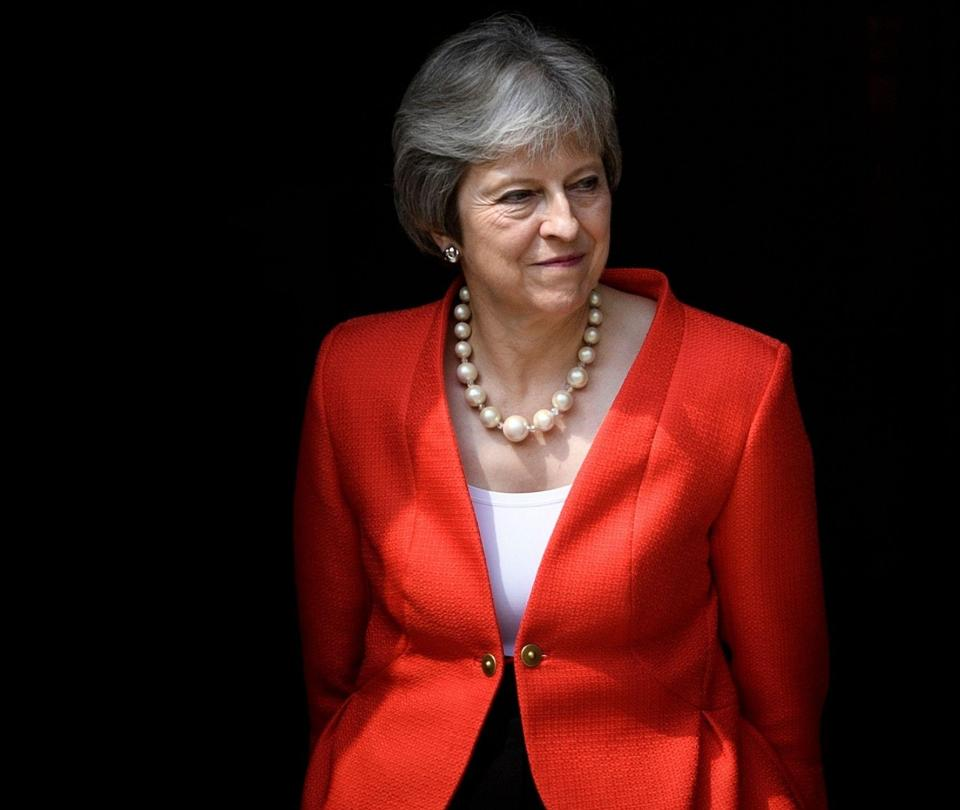 'Facebook se beneficia del tráfico de niños': Theresa May