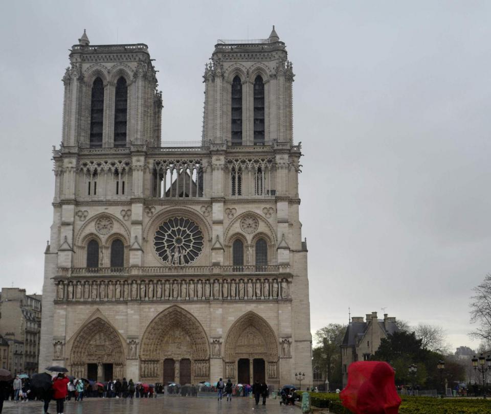 Foto tomada frente a la catedral antes del incendio desata búsqueda